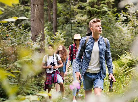 Adolescenti che fanno un'escursione nell