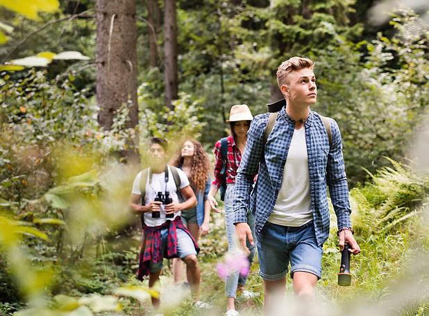 Adolescentes Senderismo en el bosque
