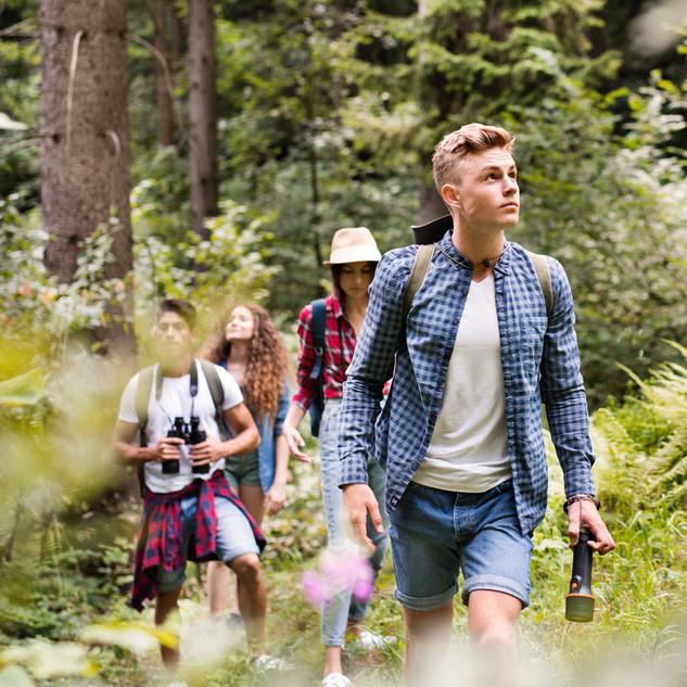 Tenåringer Vandring i skogen