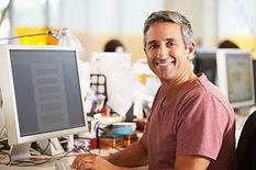 Mann som jobber ved skrivebordet