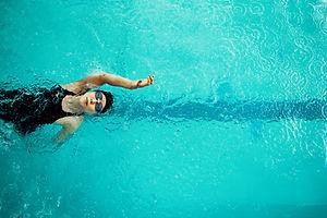 背泳ぎの水泳選手