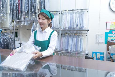 クリーニング店の女性店員