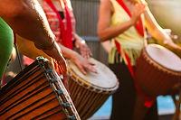 人們玩非洲鼓