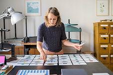 Frau beim Karten sortieren, als visuelle unterstützung für den Erfahrungsbericht der Schamanichen arbeit von Kuyay Lorena