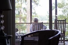 Rentner auf Terrasse