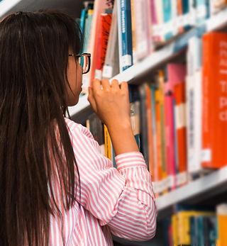 図書館で本探し