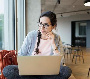 Vrouwelijke student met laptop