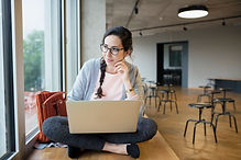 Żeński uczeń z laptopem