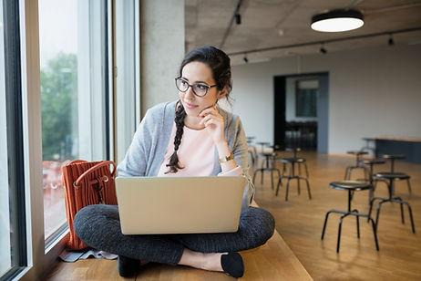 Étudiante avec ordinateur portable
