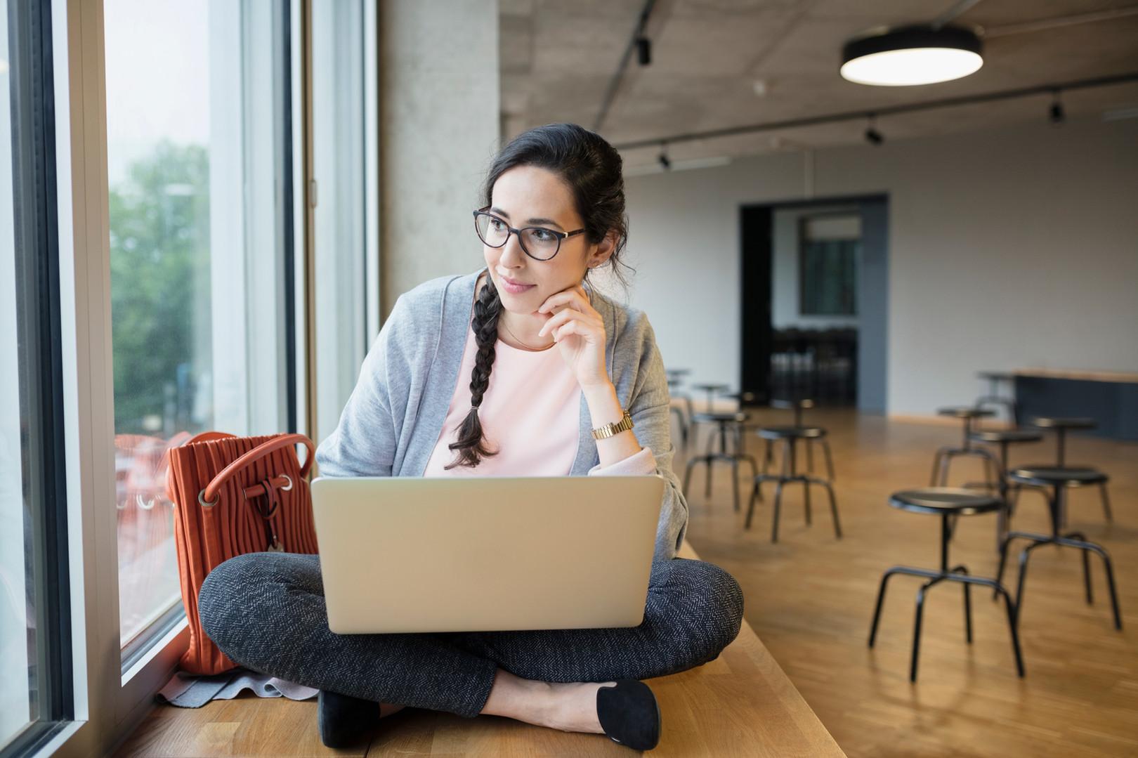 Dizüstü bilgisayar ile kız öğrenci