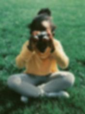 Niña con binoculares