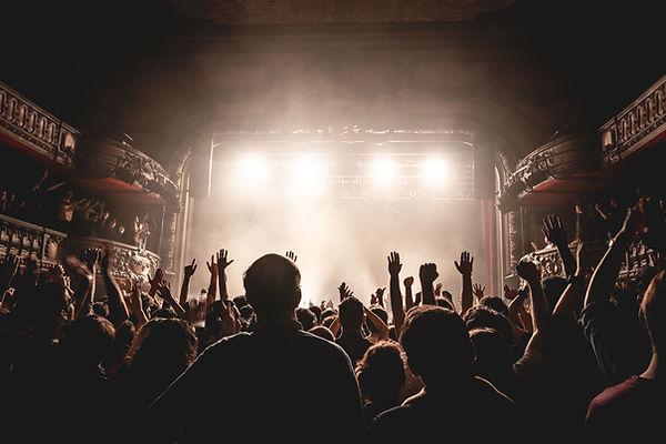 Bei einem Konzert stehen