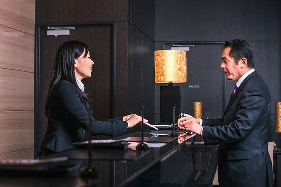 Registro en el mostrador del hotel