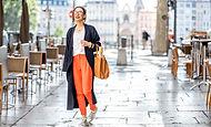 Femme marchant en souriant