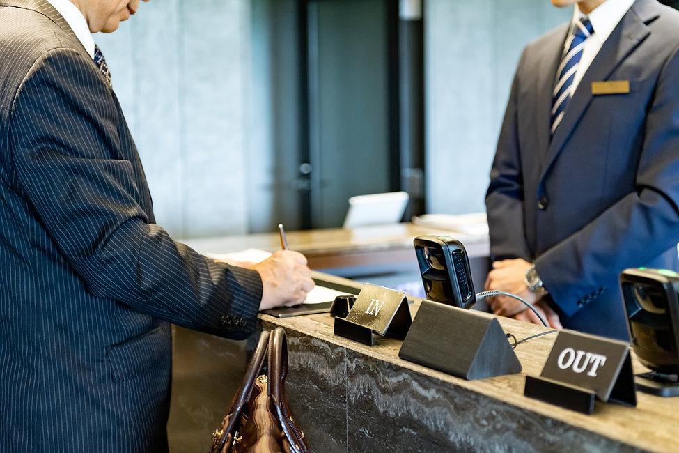 ホテルにチェックインするビジネスマン