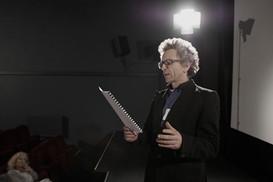 Acteur en répétition sur scène