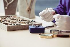 Покупатель выбирает модель ювелирного украшения