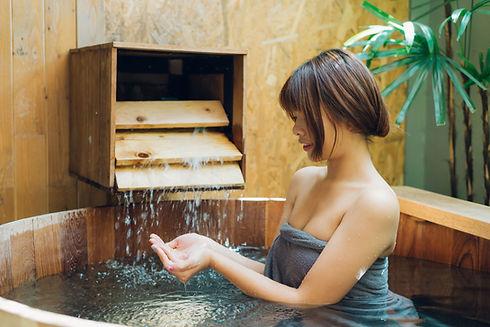 桶風呂に入る女性