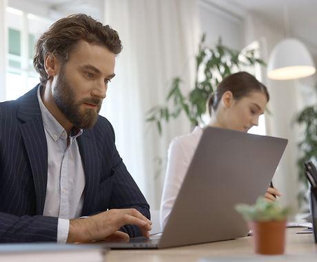 Dizüstü bilgisayar kullanan iş adamı