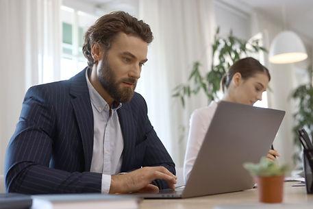 Uomo d'affari con laptop