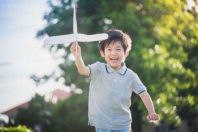 外で遊ぶ少年