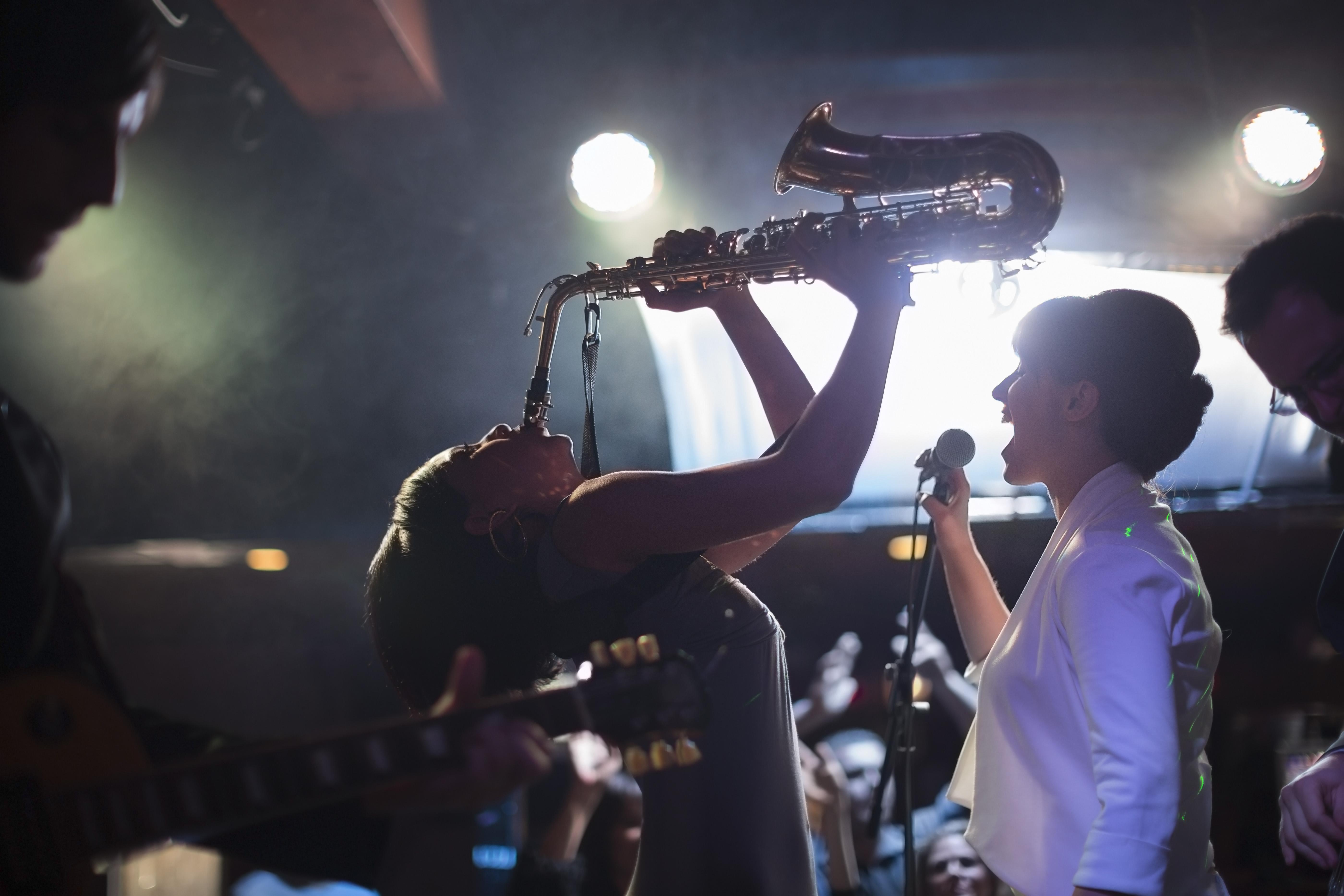 Saxophon - Saxophonistin mit DJ