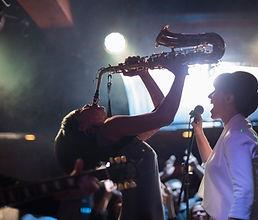 Spelar saxofonen