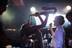 Jogando o saxofone