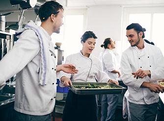 Kuchaři diskutují nad jídlem