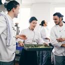 Chefs discutant sur la nourriture