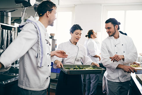 Chef-koks die over voedsel bespreken