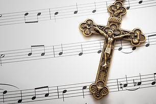 Hojas de música y una cruz