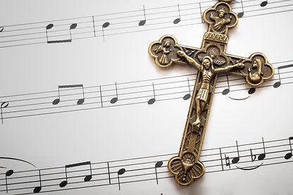 Fogli di musica e una croce