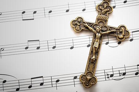 Folhas de música e uma cruz