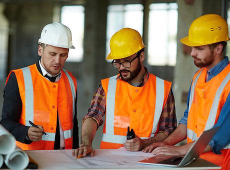 Arquitectos discutiendo bosquejo