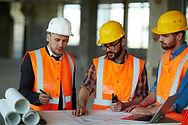 Arkitekter diskuterer skitse