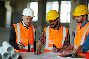 Architectes discutant de croquis