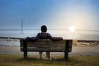 海辺で眺める夕日
