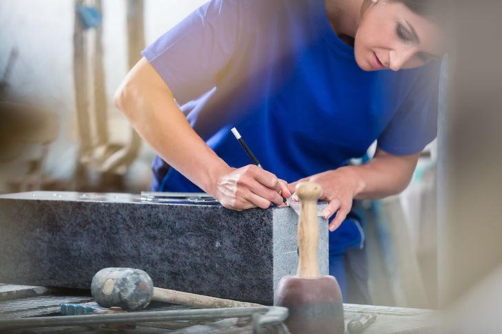 Tailleur de pierre au travail