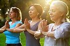 Frauen üben Yoga im Freien