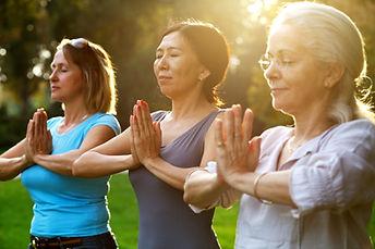 Kvinnor som utövar yoga utomhus