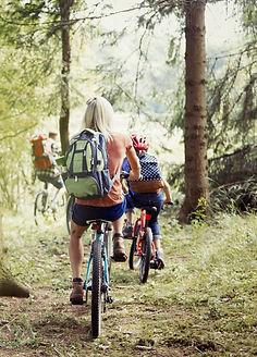 Семья на велосипеде в лесу