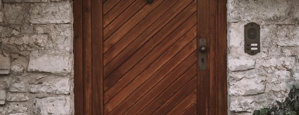 Din yttterdörr är betydelsefull. Det är din port till din omvärld såväl som till dina inre domäner. Se till att din dörr är hel, säker och öppnas lätt. Håll rent och gör fint utanför din ytterdörr.