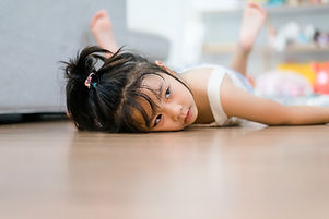 Fille allongée sur le sol