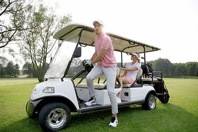 Couple en voiturette de golf