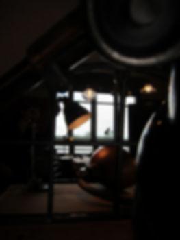 Ambiance en clair obscur HAMdesign avec des Luminairespour illustrer l'esprit décoratif de l'entreprise.