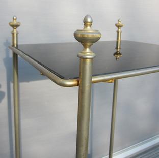 Table chapiteaux dorés opaline noire