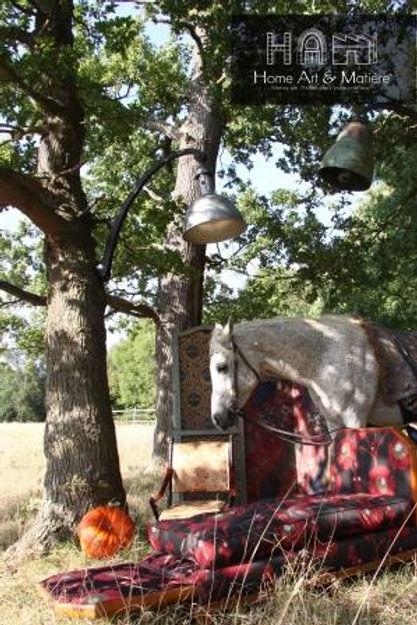 Mise en scène sous les Chênes du mobilier HAMdesign avec un cheval à côté d'un lit de repos Art déco