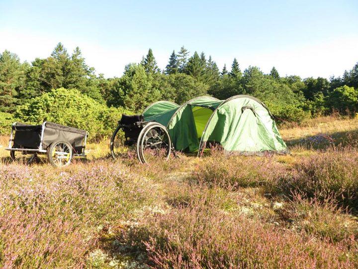 Tältplatsen.jpg Pga invasion av mygg när jag satte upp tältet så blev det ganska slarvigt uppsatt, m