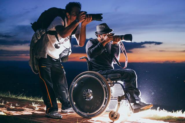 Fotógrafos se reúnem para ajudar um fotógrafo cadeirante